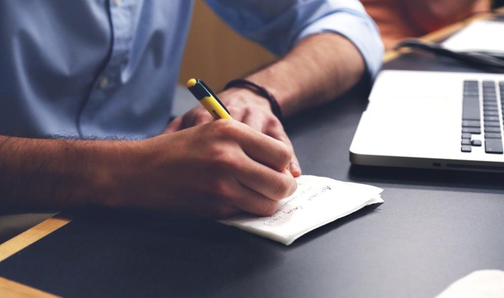Anotando en un papel mejoras para el posicionamiento web